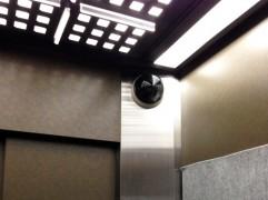 エレベーター内の防犯カメラ